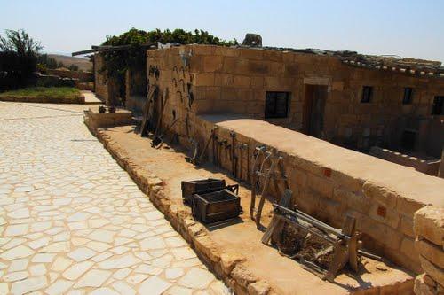 Shivta znajduje się na pustyni na pustyni Negew w Izraelu w otoczeniu imponujących krajobrazów
